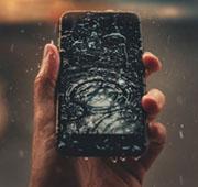 水没するスマートフォン